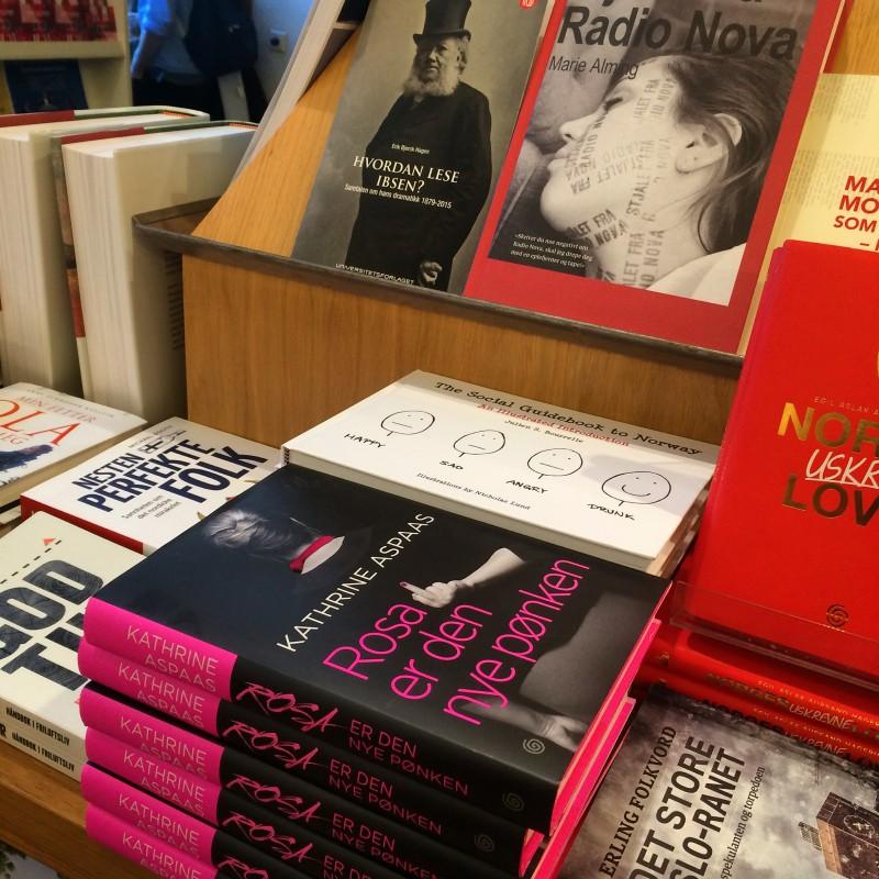 Det er noe eget å se en stabel med rosa pønkebøker på Litteraturhuset i Oslo. Sammen med Henrik Ibsen - den kjente rosapønkeren.
