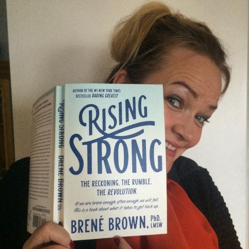 Her er boken! Rising Strong fra Brené Brown. Gull fra perm til perm.